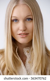 長いブロンドの髪と青い目を持つ美しい若い女性のポートレート、クローズアップ。