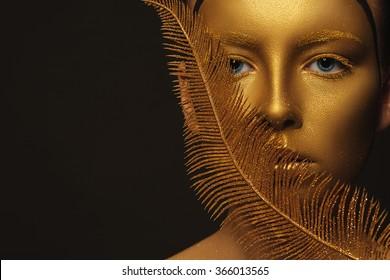 Magisches Mädchenporträt in Gold. Goldenes Make-up, Nahaufnahmeporträt