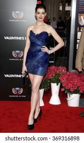 2010年2月8日に米国カリフォルニア州ハリウッドのグローマンズチャイニーズシアターで開催された「バレンタインデー」のロサンゼルス初演でのアンハサウェイ。