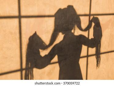 Miku Cosplay Silhouette auf orange Wand