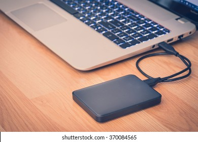 transferir o hacer una copia de seguridad de los datos entre la computadora portátil y el disco duro externo en el escritorio de la oficina