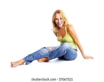 床に座って幸せな若い女