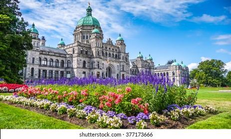 Hermosa vista del histórico edificio del parlamento en el centro de la ciudad de Victoria con coloridas flores en un día soleado, la isla de Vancouver, British Columbia, Canadá