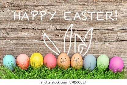 緑の草のイースターエッグとかわいいウサギ。お祭りの装飾。イースター、おめでとう!