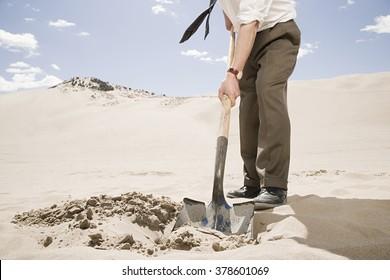 Hombre cavando en el desierto