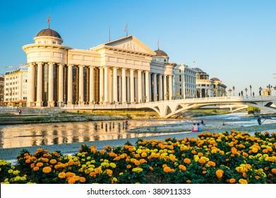 Musée archéologique de Macédoine et pont des civilisations au centre-ville de Skopje