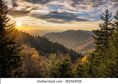 El amanecer de otoño sobre Newfound Gap pasa por alto en las Grandes Montañas Humeantes