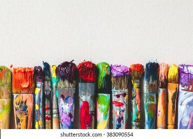 Reihe von Künstlerpinsel-Nahaufnahme auf künstlerischer Leinwand.