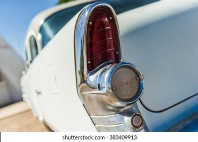 青い空と古いヴィンテージの白いベテラン車赤いリアテールライト