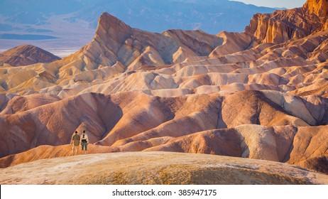 美しい感動的な風景の前に立つハイカー-デスバレー国立公園