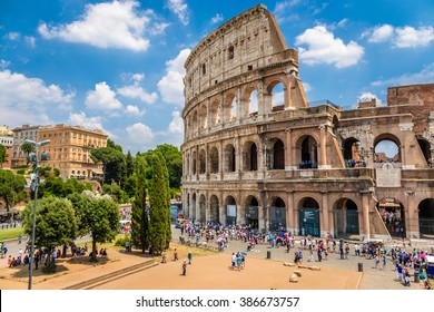 Coliseo con cielo azul claro, Roma, Italia. Roma histórica y arquitectura antigua. El Coliseo de Roma es uno de los monumentos más conocidos de Roma e Italia.