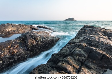 ロックラインを壊すときの美しい波動。タイのラヨーンで