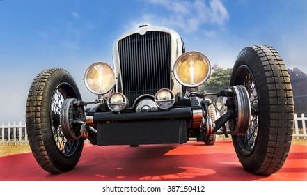 Nežinomo senovinio senovinio senovinio sportinio automobilio priekinis apatinis kampo vaizdas po mėlynu dangumi