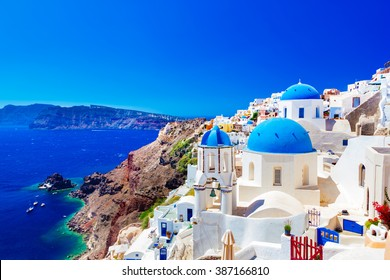 ギリシャ、サントリーニ島のイアの町。エーゲ海のカルデラに青いドームがある伝統的で有名な家や教会