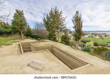 チャナッカレのセドゥルバヒルにある第26歩兵連隊とヤヒヤカヴス記念碑からのサドゥルバヒルとVビーチ墓地の眺め。