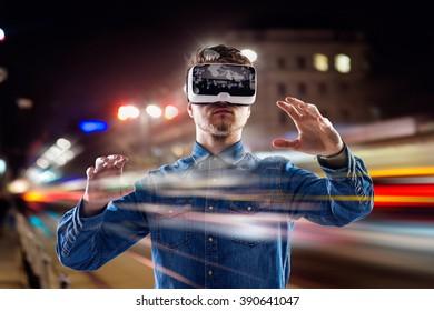 Doble exposición, hombre con gafas de realidad virtual, ciudad de noche