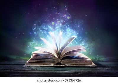 Libro embrujado con magia brilla en la oscuridad