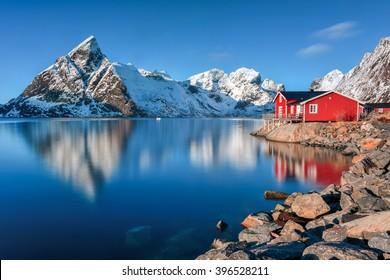Invierno en Olenilsoya en Reine, Islas Lofoten, Noruega.