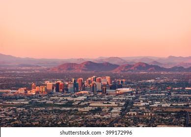 Phoenix, Arizona, con su centro iluminado por los últimos rayos de sol al anochecer.