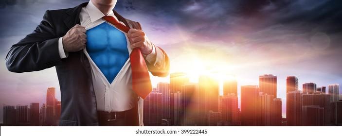 Geschäftsmann-Superheld mit Sonnenuntergang in der Stadt