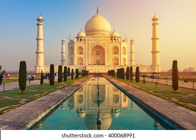El Taj Mahal es un mausoleo de mármol blanco marfil en la orilla sur del río Yamuna en la ciudad india de Agra, Uttar Pradesh.