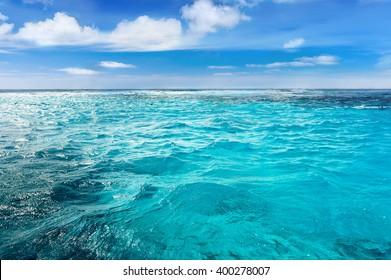 Fondo de la onda del verano de la superficie del mar Caribe. Paisaje de agua exótica con nubes en el horizonte. Paraíso natural de agua tropical. Cuba naturaleza relajarse. Viaje a la isla tropical. Tranquilidad de la naturaleza del océano