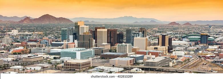 Vista aérea panorámica del horizonte de Phoenix, Arizona contra el cielo azul del día.