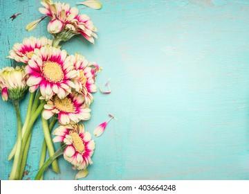 ターコイズブルーのぼろぼろのシックな背景に素敵な花。お祝いグリーティングカード