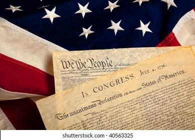 Constitución de Estados Unidos y Declaración de Independencia sobre un fondo de bandera