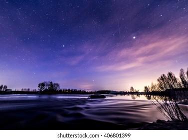 Reflexiones nocturnas junto al río en primavera