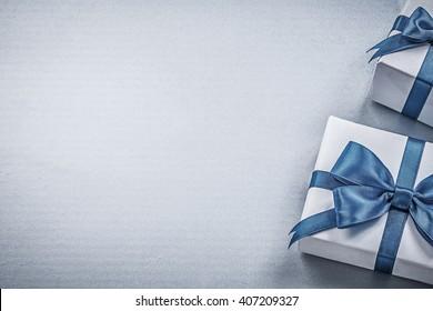 Presentar cajas sobre fondo azul concepto de vacaciones de tarjeta de felicitación.