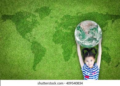 Nachhaltige Weltumwelt, CSR mit Menschen Kampagne, internationales Kindertagskonzept mit Mädchen, das Erde auf grünem Rasen erhebt: Element des von der NASA bereitgestellten Bildes