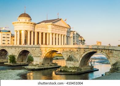 Musée archéologique de Macédoine et pont de pierre au centre-ville de Skopje