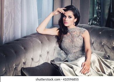 Mujer de modelo de moda glamorosa en Celebrity Interior