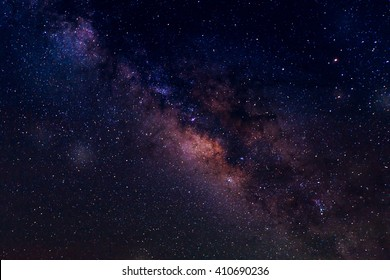 Galaxia de la vía láctea con estrellas y polvo espacial en el universo y fondo del cielo nocturno del planeta profundo.