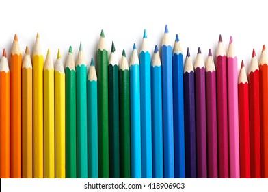 Farbstifte lokalisiert auf weißem Hintergrund. Schließen Sie.