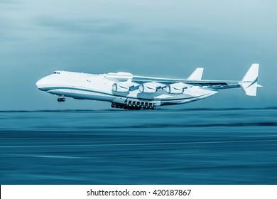 Das größte Flugzeug der Welt startet von der Landebahn, technisch blau gefärbt.