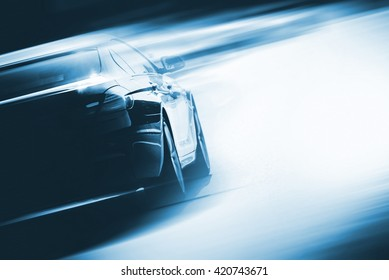 Beschleunigendes Auto-Hintergrund-Fotokonzept. Fahrzeug auf einer Straße. Motorsport-Hintergrundkonzept mit Kopierraum.