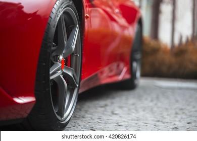 Super Sport Rennwagen Detail auf einem Rad und roten Pausen