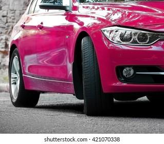 Roze auto, buitenshuis