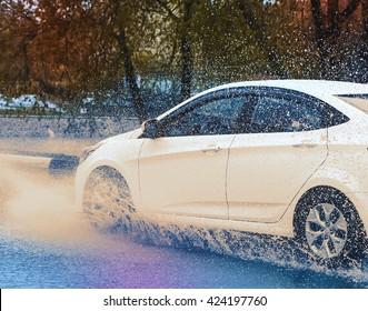 movimiento coche lluvia gran charco de agua rociada de las ruedas