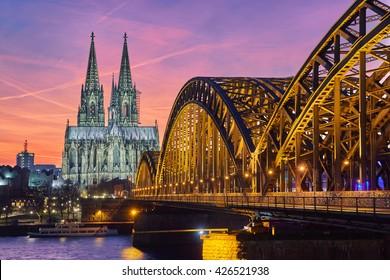 Kölner Dom und Hohenzollernbrücke bei Sonnenuntergang / Nacht