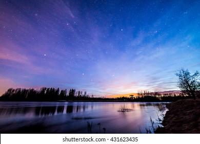 Cielo colorido después del atardecer junto al río