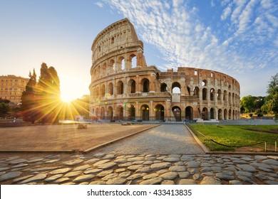 Vista del Coliseo de Roma y sol de la mañana, Italia, Europa.