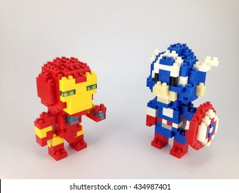 Iron Man und Captain America Lego Nano auf weißem Hintergrund