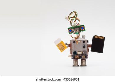 Retro-Stil Roboterkonzept mit gelber SIM-Karte und schwarzem Mikrochip. Schaltungssteckdose Spielzeugmechanismus, lustiger Kopf, farbige blaue Augen. Text kopieren, Hintergrund mit hellem Farbverlauf