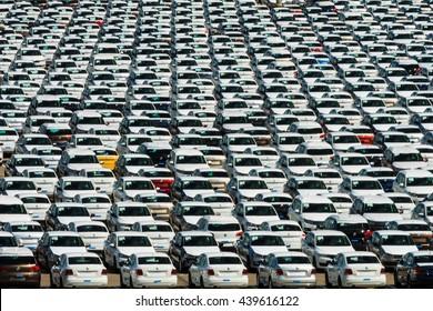 Autofabrik, das Parken von Neuwagen unter freiem Himmel