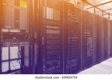 Ciérrese encima del interior moderno de la sala de servidores, Super Computer, centro de datos con efecto de color abstracto.
