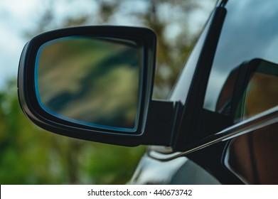 Reflexion im schwarzen Elite-Autospiegel