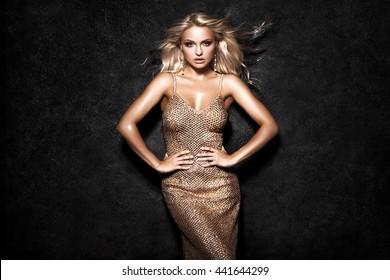 Hermosa mujer rubia sexy sobre fondo negro, fiesta.